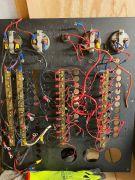 Panneau électrique sans disjoncteur.
